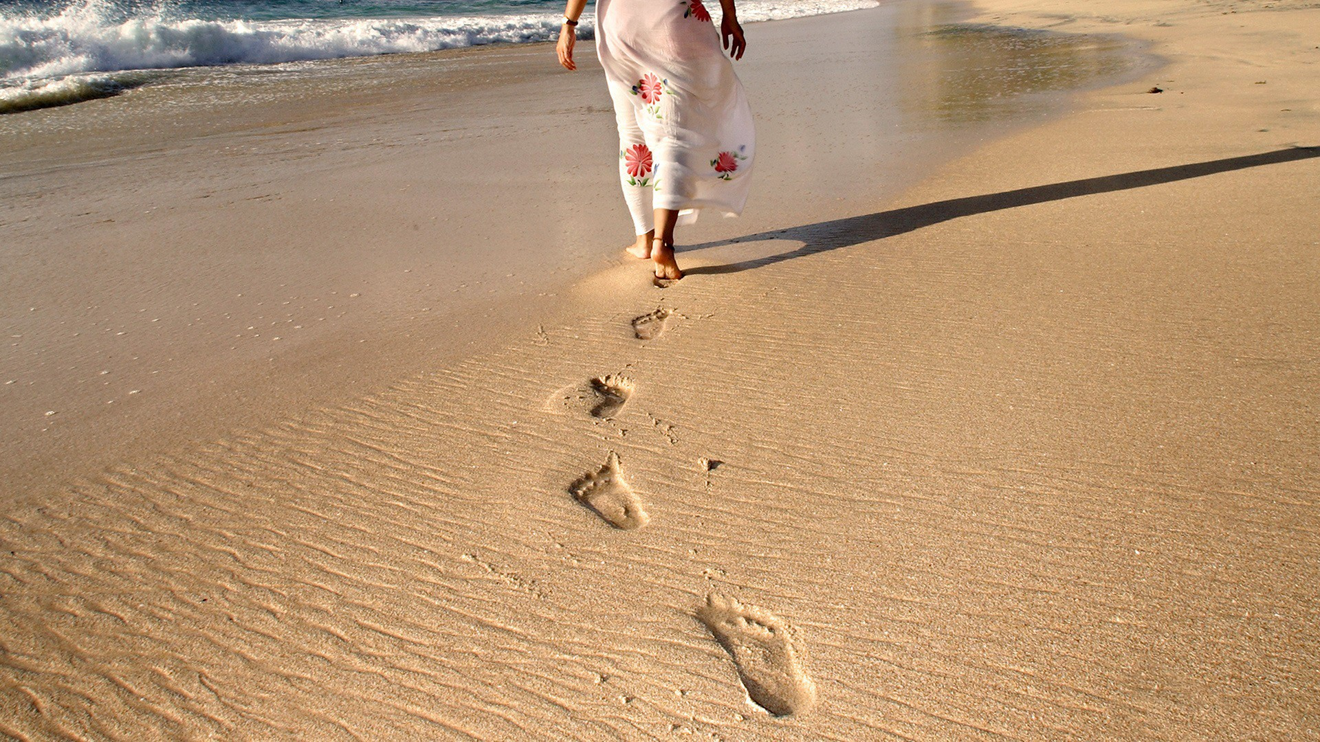 Creative_Wallpaper_Traces_of_bare_feet_in_the_sand_beach_097930_